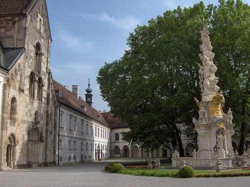 Fachada de la Abadia y la columna de la Santisima Trinidad