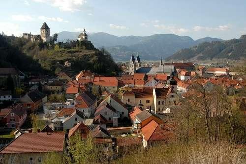 Friesach con la fortaleza de Petersberg