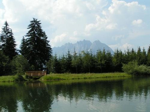 Lago de montaña en Kitzbuheler Horn