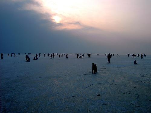 Patinaje sobre hielo en lago congelado