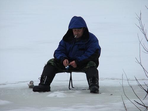 Pescar en un lago congelado