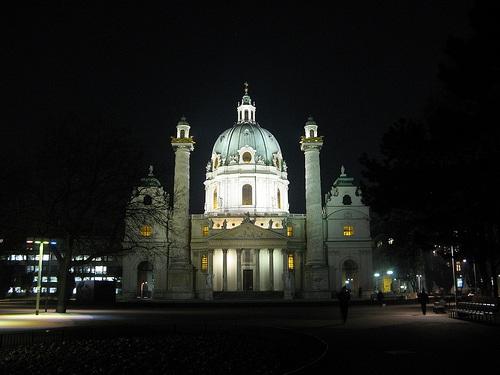 Iglesia de San Carlos en la noche