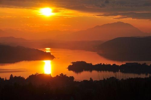Lago Worthersee al atardecer